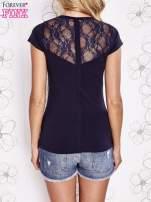 Granatowy t-shirt z kieszonką i koronkowym tyłem                                  zdj.                                  4