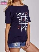 Granatowy t-shirt z motywem serce i krzyżyk                                                                          zdj.                                                                         3