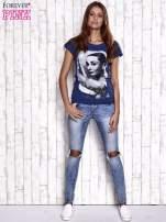 Granatowy t-shirt z nadrukiem Audrey Hepburn                                                                          zdj.                                                                         2