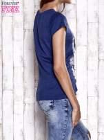 Granatowy t-shirt z nadrukiem Audrey Hepburn                                  zdj.                                  4