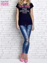 Granatowy t-shirt z napisem FASHION DISTRICT z dżetami                                                                          zdj.                                                                         2