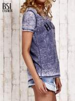 Granatowy t-shirt z napisem HARLEM efekt acid wash                                  zdj.                                  3