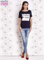 Granatowy t-shirt z napisem J'ADORE LE NOIR                                  zdj.                                  4