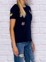 Granatowy t-shirt z naszywkami                                  zdj.                                  3