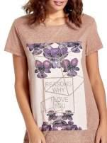 Jasnobordowy t-shirt z kwiatowym nadrukiem zdobionym dżetami                                  zdj.                                  4