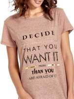 Jasnobordowy t-shirt z motywacyjnym napisem                                  zdj.                                  5