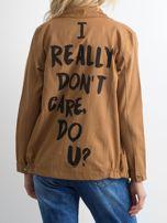 Jasnobrązowa bawełniana kurtka oversize z napisem                                  zdj.                                  2