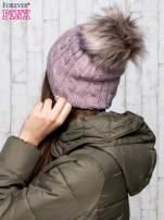 Jasnobrązowa czapka z warkoczowym splotem i futrzanym pomponem                                  zdj.                                  3