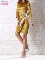 Jasnobrązowa sukienka ze srebrną kokardą