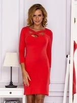 Jasnoczerwona sukienka z paskami przy dekolcie                                   zdj.                                  1