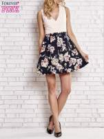 Jasnokoralowa sukienka z kwiatowym dołem i z suwakiem z tyłu                                  zdj.                                  5