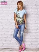 Jasnonibieski t-shirt z nadrukiem krajobrazowym                                  zdj.                                  2