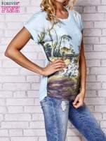 Jasnonibieski t-shirt z nadrukiem krajobrazowym                                  zdj.                                  3