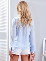 Jasnoniebieska bluzka z wiązaniem i perełkami                                   zdj.                                  2