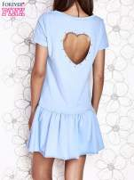 Jasnoniebieska dresowa sukienka z wycięciem na plecach                                   zdj.                                  4