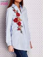 Jasnoniebieska koszula w paski z kwiatową naszywką                                  zdj.                                  3