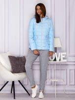 Jasnoniebieska pikowana kurtka przejściowa z ozdobnymi suwakami                                  zdj.                                  4