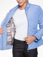 Jasnoniebieska pikowana kurtka ze skórzaną lamówką