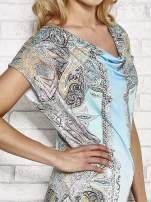 Jasnoniebieska sukienka w roślinne wzory z dekoltem typu woda                                  zdj.                                  5