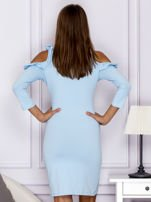 Jasnoniebieska sukienka z wycięciami na ramionach                                  zdj.                                  2