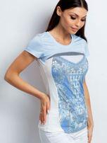 Jasnoniebieski t-shirt z kwiatowym nadrukiem                                  zdj.                                  3