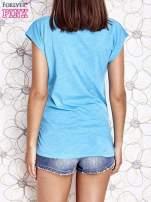 Jasnoniebieski t-shirt z nadrukiem znaku zapytania                                                                          zdj.                                                                         4