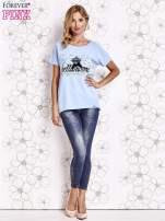 Jasnoniebieski t-shirt z ozdobnym napisem i kokardą                                  zdj.                                  2