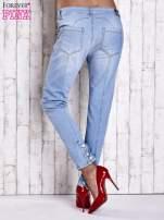 Jasnoniebieskie jeansowe spodnie z guzikami na nogawkach                                  zdj.                                  3