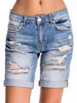 Jasnoniebieskie jeansowe szorty z podwijaną nogawką