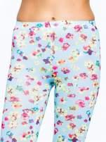 Jasnoniebieskie legginsy w kwiatki                                  zdj.                                  5
