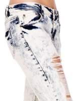 Jasnoniebieskie spodnie jeansowe rurki z rozdarciami                                  zdj.                                  6
