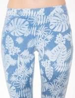 Jasnoniebieskie spodnie jeansowe typu jegginsy w kwiaty                                                                          zdj.                                                                         7