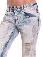 Jasnoniebieskie spodnie jeansowe z przetarciami na nogawkach                                  zdj.                                  6