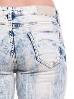 Jasnoniebieskie spodnie rurki typu trash jeans
