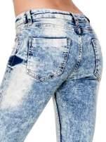 Jasnoniebieskie spodnie skinny jeans z dziurami i modelującym rozjaśnieniem                                  zdj.                                  7