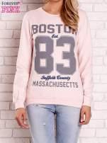 Jasnoróżowa bluza z napisem BOSTON 83                                  zdj.                                  1