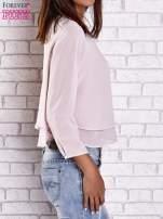 Jasnoróżowa bluzka koszulowa z biżuteryjnym dekoltem                                  zdj.                                  4