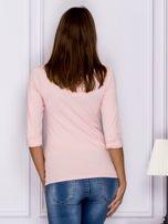 Jasnoróżowa bluzka z ozdobnym zapięciem                                  zdj.                                  2