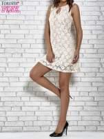 Jasnoróżowa koronkowa sukienka z wiązaniem przy dekolcie                                                                          zdj.                                                                         3