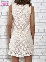 Jasnoróżowa koronkowa sukienka z wiązaniem przy dekolcie                                                                          zdj.                                                                         6