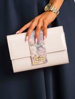 Jasnoróżowa lakierowana kopertówka z motywem kwiatowym                                  zdj.                                  5