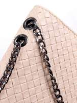 Jasnoróżowa mała pleciona torebka na łańcuszku