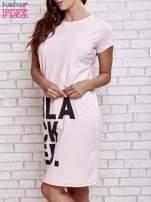 Jasnoróżowa sukienka dresowa z napisem BLACKED                                                                          zdj.                                                                         3