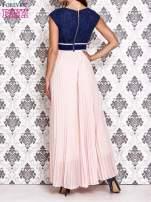 Jasnoróżowa sukienka maxi z koronkową górą i klamrą                                                                          zdj.                                                                         4