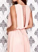Jasnoróżowa sukienka maxi z łańcuchem przy dekolcie                                                                          zdj.                                                                         5