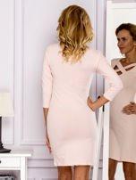 Jasnoróżowa sukienka z paskami przy dekolcie                                   zdj.                                  2