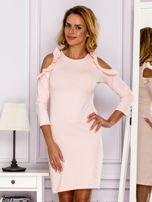 Jasnoróżowa sukienka z wycięciami na ramionach                                  zdj.                                  1