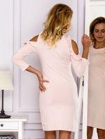 Jasnoróżowa sukienka z wycięciami na ramionach                                  zdj.                                  2
