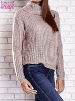Jasnoróżowy sweter oversize z luźnym golfem                                  zdj.                                  5
