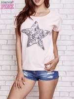 Jasnoróżowy t-shirt z gwiazdą z cekinów